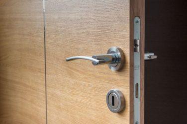 Puertas y cerraduras antiokupa (y qué hacer si entran en casa)
